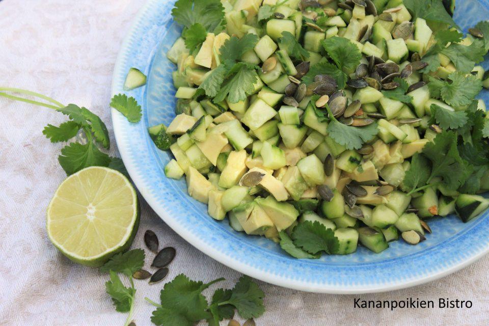 Avokado-kurkkusalaatti