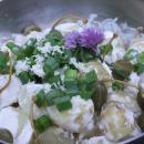 Perunasalaatti piparjuuri-sitruunakastikkeella