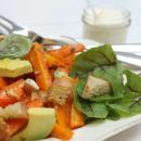 Paahdettua porkkana-avokadosalaattia appelsiini-sitruskastikkeella ja chipotle-marinoituja kanansiipiä