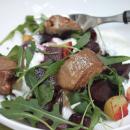 Salaatti paahdetuilla punajuurilla, savuahvenilla ja piparjuurikastikkeella