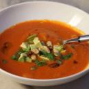 Tomaatti-papukeitto avokadokuutioiden ja pähkinöiden kera