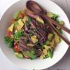 Meksikolainen naudanliha-avokado-papusalaatti