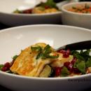 Neljän viljan tabbouleh-salaatti paahdetun paprikahummuksen kera