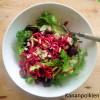 Punajuuripesto, tuorepastaa ja salaattia