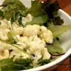 Paahdettu kukkakaalisalaatti ja vuohenjuusto-sitruunakastike