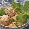 Possupalleroiset, soijakastike ja nuudelisalaattia