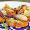 Crostini karamellisoidulla punasipulilla ja sinihomejuustolla