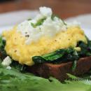 Paahdettua leipää, munakokkelia ja pinaattia