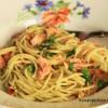 Spagettia, valkosipulia, chiliä ja savulohta