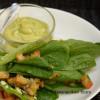 Caesar-kastike avokadosta ja salaatti