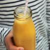 Aurinkoinen mango-inkiväärismoothie