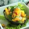 Mango ja katkarapu salsaavat avokadossa