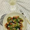 Paistettua parsaa ja avokado-caesarkastike