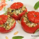 Yrttisellä härkäpapurouheella täytetyt tomaatit