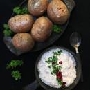 Uuniperunat poro-piparjuurijuustotäytteellä ja karpalo-mozzarellasalaatti