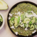 Härkäpapu-pinaattimunakas & rapsakka avokado-kurkkusalaatti