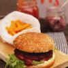 BBQ-burger punajuuri-falafelpihvillä & bataattiranut