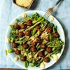 Broccoliinicaesar, nyhtökaura-mezepyörykät & vegeparmesaani