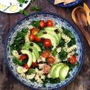 Avokado-lehtikaali-mustapapusalaatti