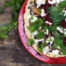 Kukkakaalipizza munakoisolla & tahinikastikkeella