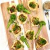 Pienet sfihapiiraat broccoliinilla ja karamellisoidulla sipulilla