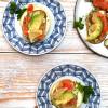 Avokado-greippi- kylmäsavulohibruschetta