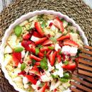 Kvinoasalaatti mansikoilla, päärynällä ja fetalla