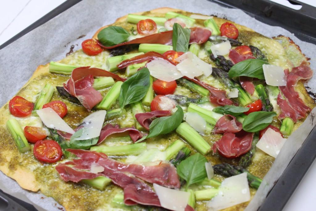 Keväinen pizza parsalla ja serrano-kinkulla