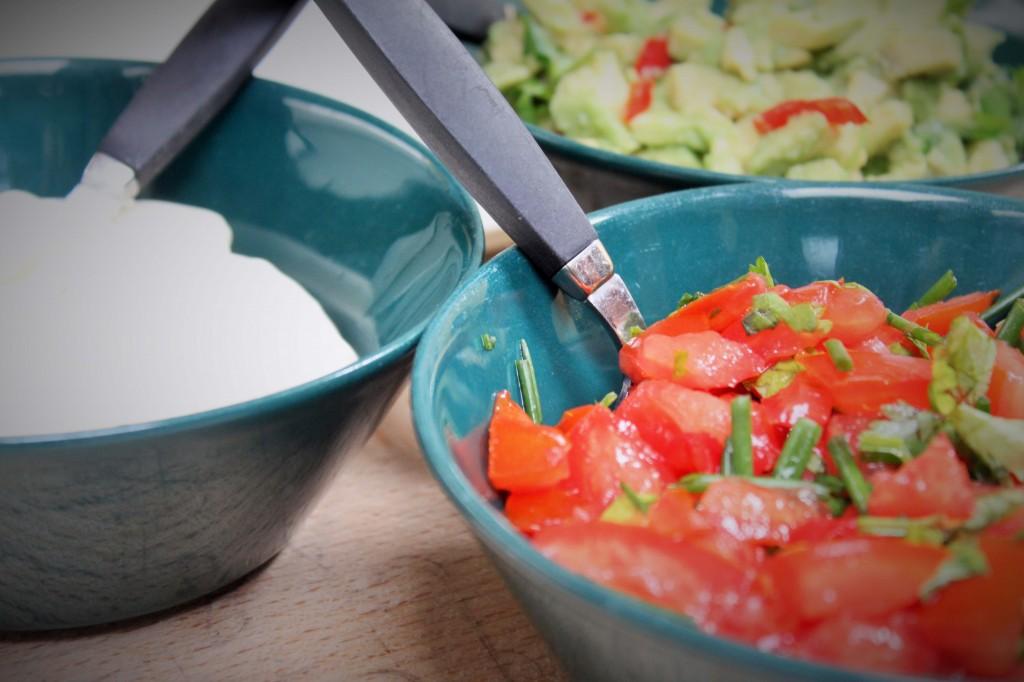 Tomaattisalsaa, guacamolea ja ranskankermaa