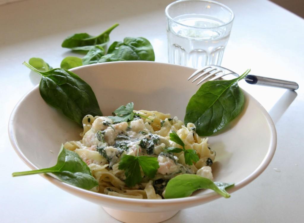 Sitruunainen pasta pinaatilla, katkaravuilla ja ricottajuustolla