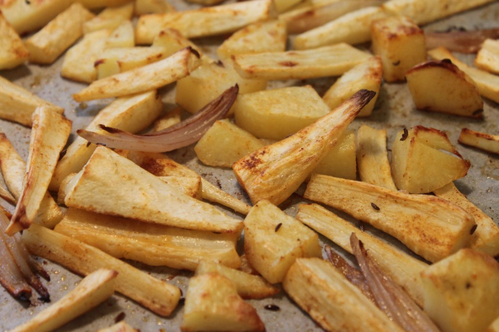 Paahdettua palsternakkaa, perunaa ja salottisipulia