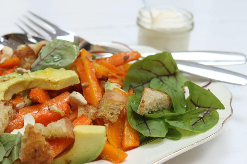 Paahdettua porkkana-avokadosalaattia sitrus-appelsiinkastikkeella