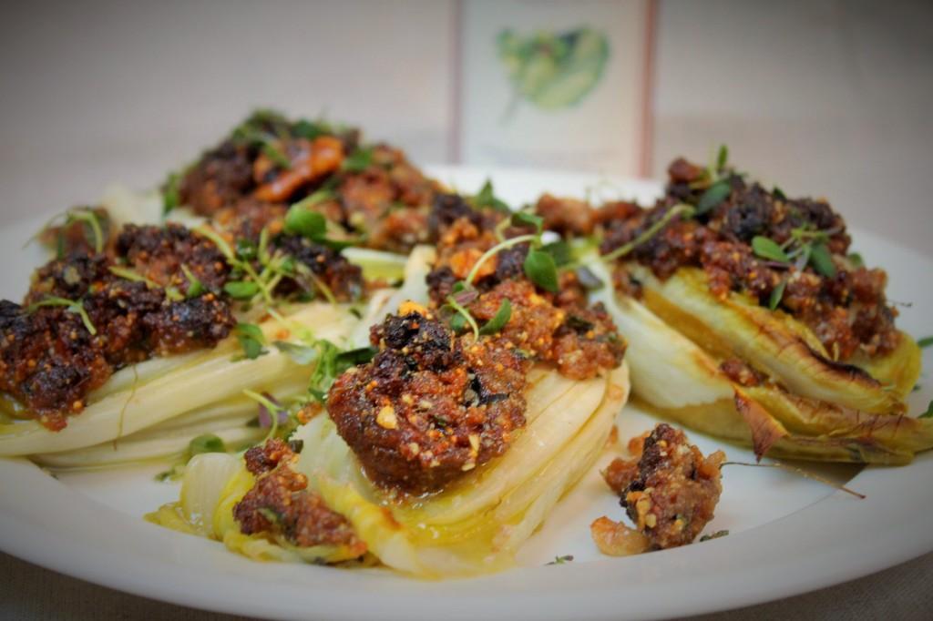 Salaattisikuria viikuna-pähkinätäytteellä
