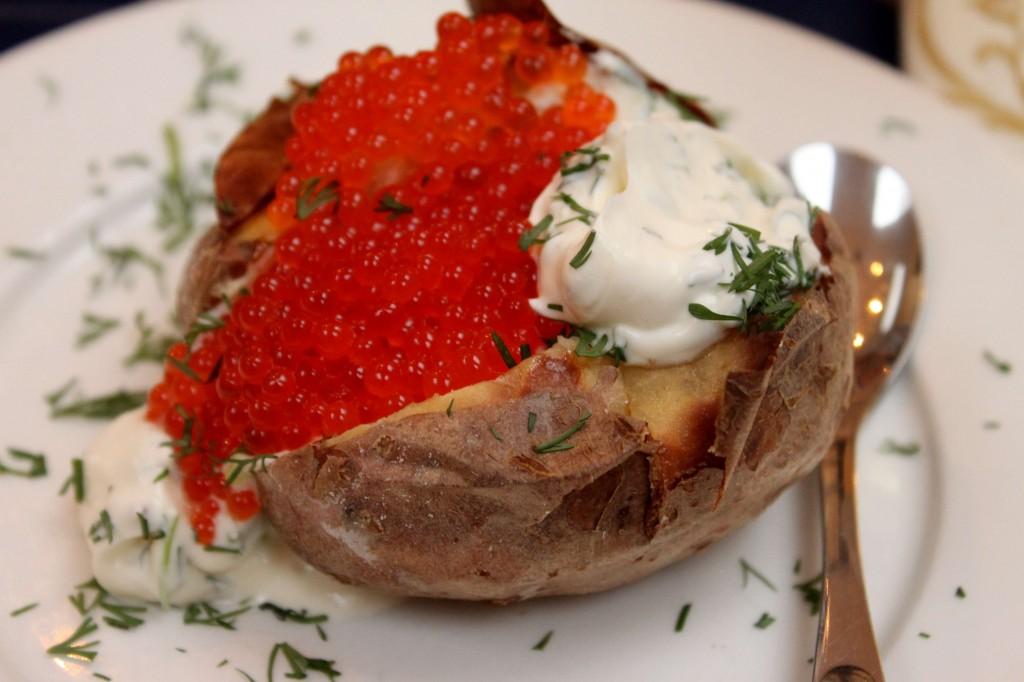 Uuniperunaa, mätiä ja maustettua smetanaa