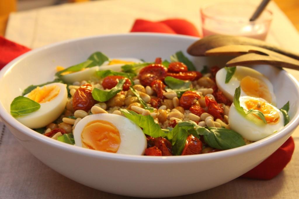 Couscous-salaattia kananmunilla, uunipaahdetuilla tomaateilla ja kikherneillä