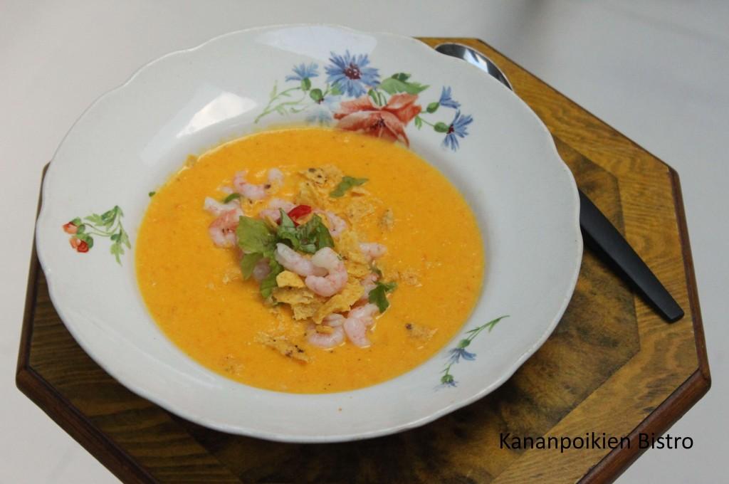Maissi-porkkanakeittoa katkarapucevichen ja maissilastujen kera