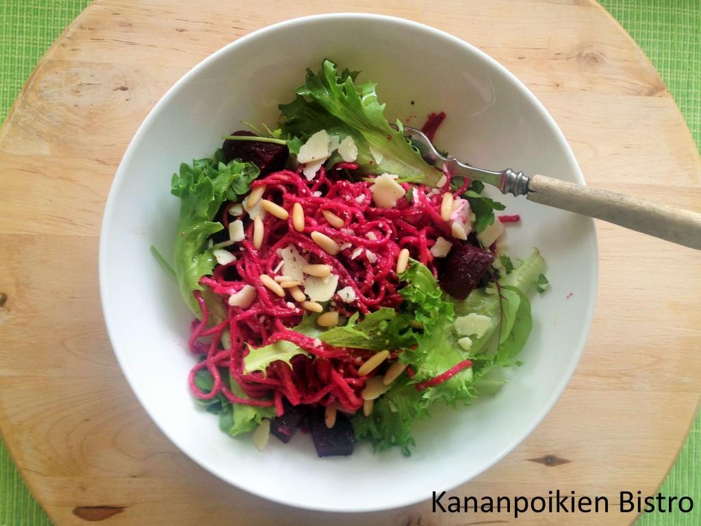 Punajuuripesto, pastaa ja salaattia