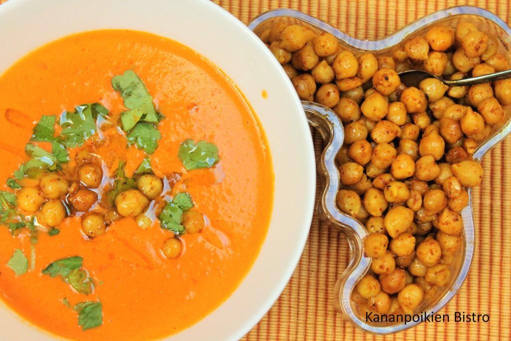Tomaatti-kookoskeitto ja maustettuja kikherneitä