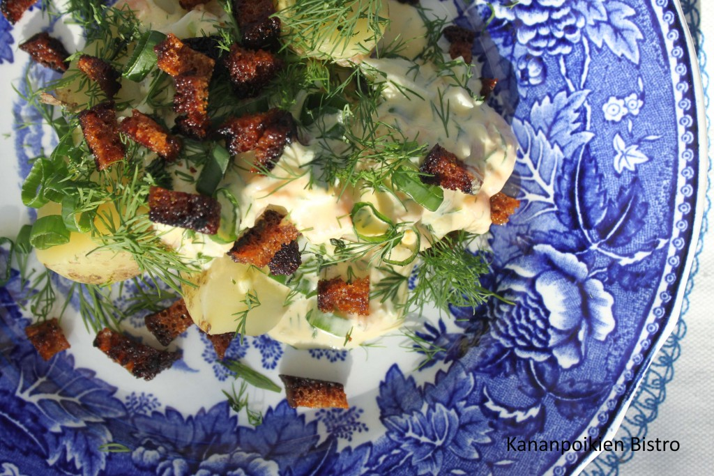 Lohipöperö, varhaisperunat ja rapeita saaristolaisleivän muruja