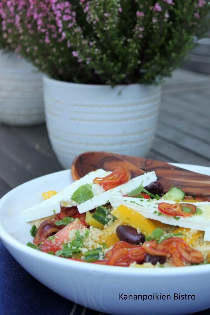 Kreikkalainen salaatti couscousilla