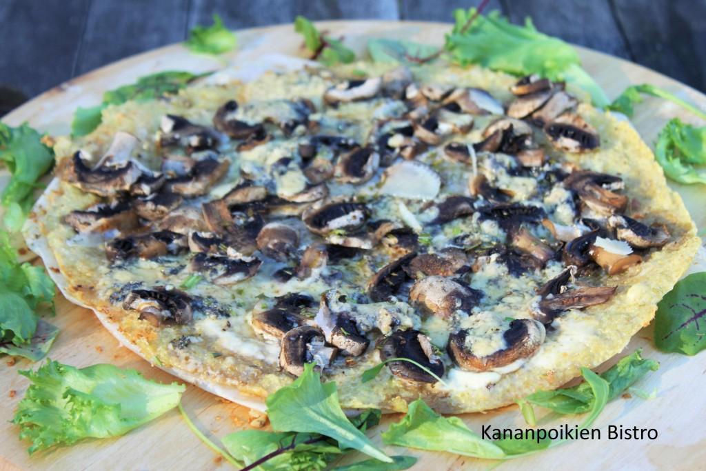 Kvinoapizza herkkusienillä ja sinihomejuustolla