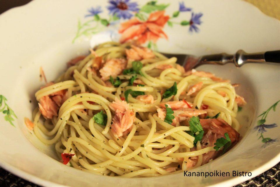 Spagettia,valkosipulia,chiliä ja savulohta