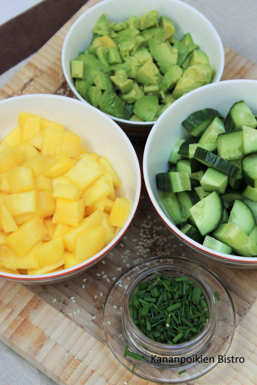 Mangoa, kurkkua, avokadoa ja ruohosipulia