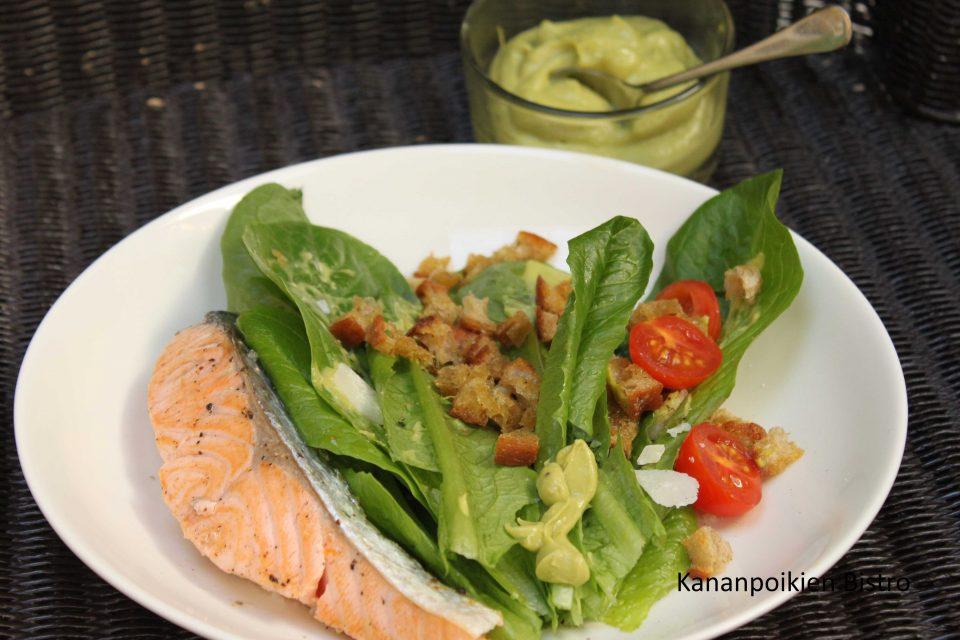 Avokado caesar-salaattia ja paistettua lohta