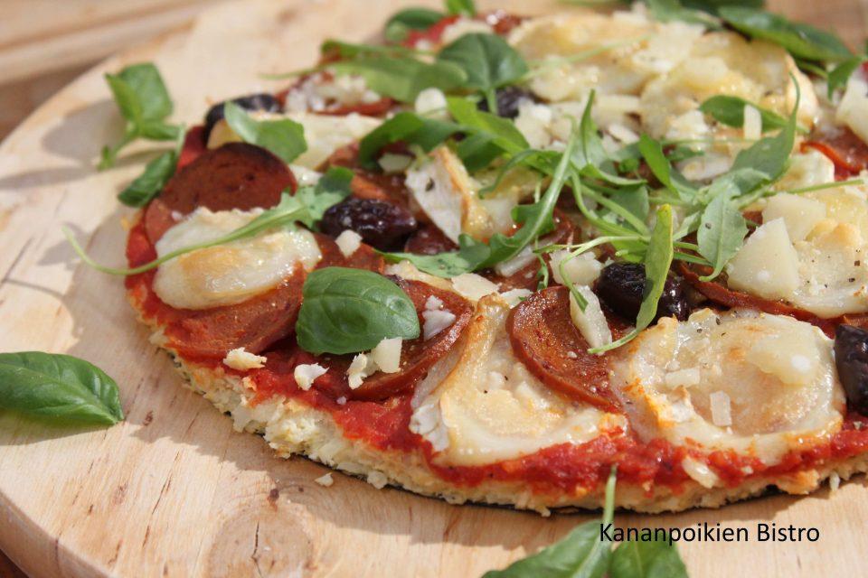 Kukkakaalipizza vege-chorizolla ja vuohenjuustolla