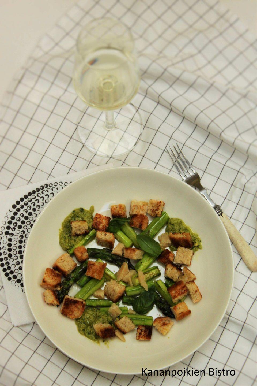 Paistettua parsaa ja avokadocaesar-kastike