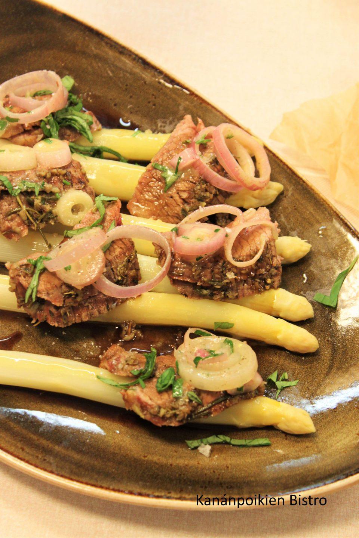 Flank steak, kuusenkerkkäkastike ja valkoista parsaaa
