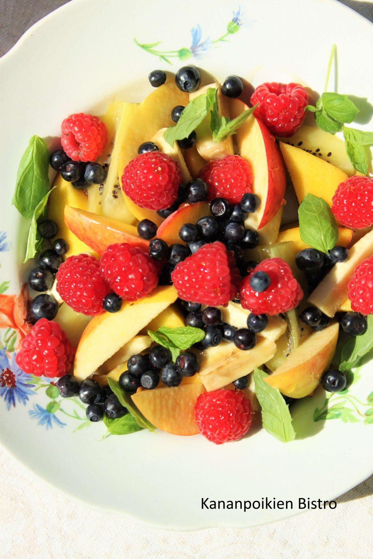 Kesäinen hedelmä-marjasalaatti